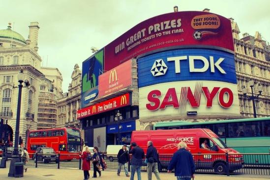 Легендарны автобус на легендарной площади под первой в мире световой рекламой