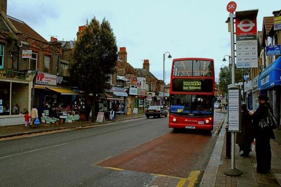 Красные автобусы помогают миллионам лондонцев добираться на работу и домой.