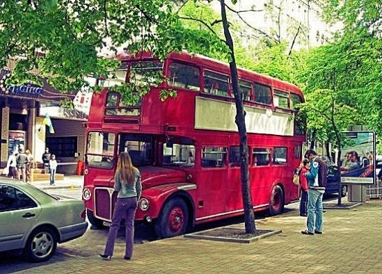 Красный автобус приютил кафе на улице Городецкого, Киев, Украина.