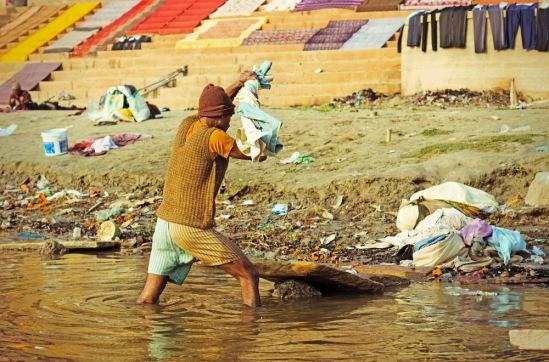 Стирка белья в Ганге: выжимаем постиранное белье.