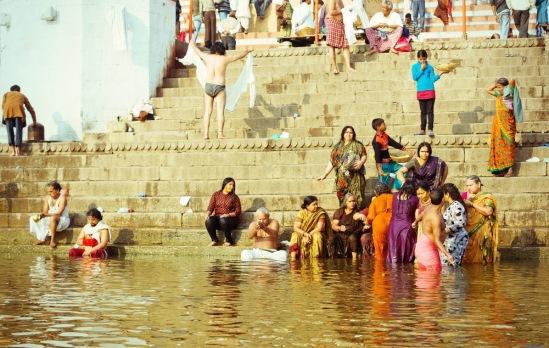 Индусские женщины омываются в Ганге.