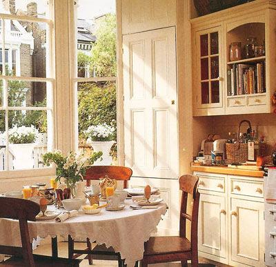 современная кухня в деревенском доме.
