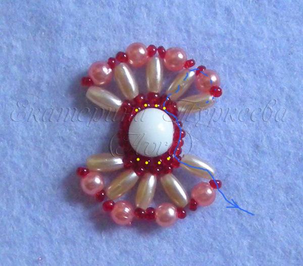 А кто желает сплести из бисера вот такой симпатичный цветочный браслет.  Вам в помощь очень подробный мк) .