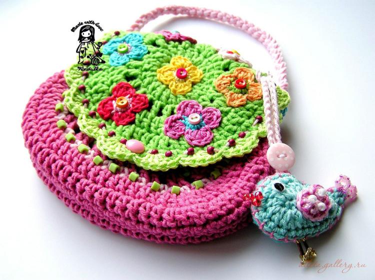 как связать модный берет спицами.  Схемы вязания детских сумочек.